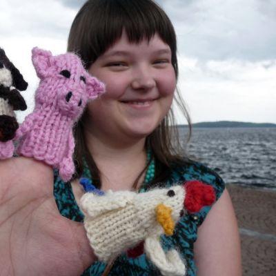 Ingmanin käsi- ja taideteollisuusoppilaitoksen opiskelija Silja Väätäinen esittelee sorminukkejaa.