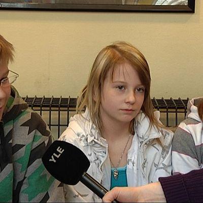 Onni Markkanen, Alexandra Pennanen ja Iina Markkanen Jyskän koulun 5B-luokalta.