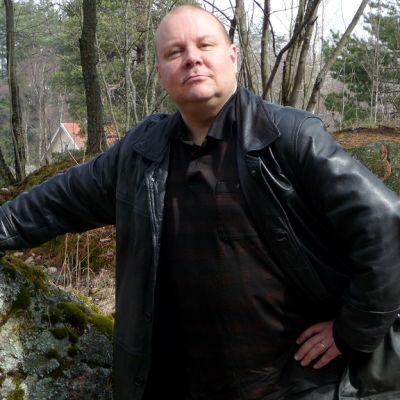 Runoilija Tapani Kinnunen kertoo kevään herättävän luonnon lisäksi ihmisen aistit ja vietit.