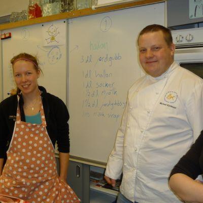 Michael Björklund ja oppilaita kokkaustunnilla.