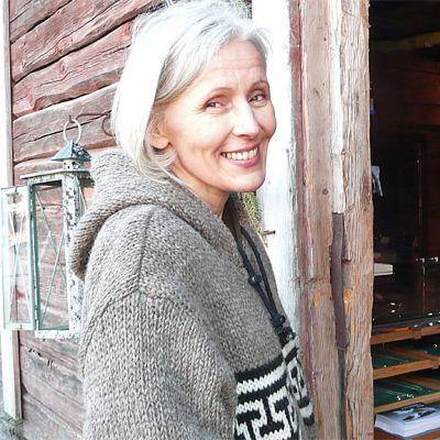 Johnna Talso piha-aittansa ovella.