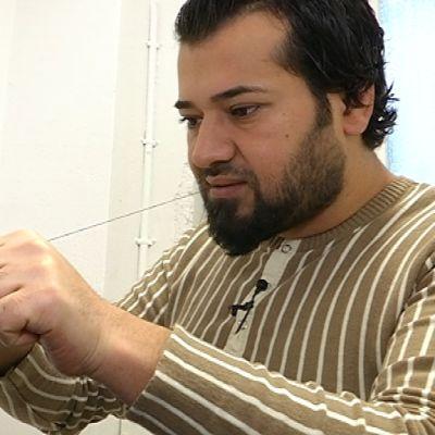Parturi Ammar Alobaidi ja asiakkaana Karrar Mushtaq Hammoydi.