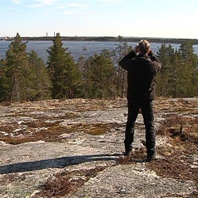 Biologian opettaja Hannu Tuomisto kiikaroi lintuja Seinäjoen Kyrkösvuorella.