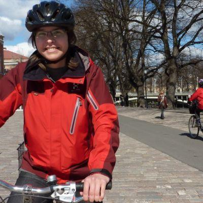 Pirjo Rinne muistuttaa pyöräilyn ympäristöystävällisyydestä ja kuntoa kohottavasta vaikutuksesta.