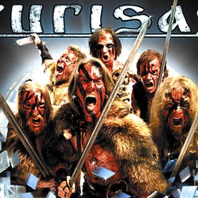 Viikingin näköisiä miehiä veitset tanassa