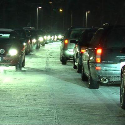 Autot jonottavat Prisman pysäköintialueelle ja sieltä pois.