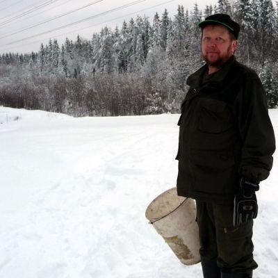 Risto Kirvesniemi on ruokkinut kauriita yli kymmenen vuoden ajan.