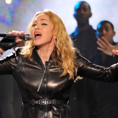 Madonna esiintyy Hope for Haiti-televisiokonsertissa New Yorkissa.