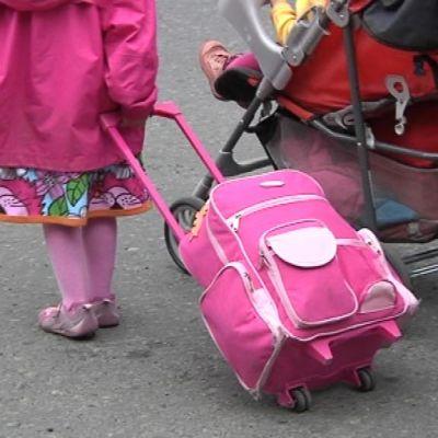 Lapsi vetää matkalaukkua
