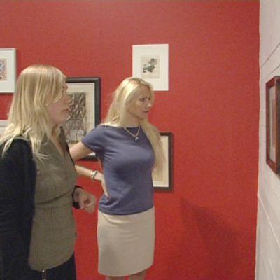 Joanna Kurth ja Pauliina Laitinen-Laiho katselevat WAMin näyttelyssä olevia teoksia.