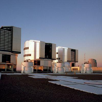 Jättiteleskooppi Chilessä koostuu neljästä kaukoputkesta, joiden peilien läpimitta on kahdeksan metriä.