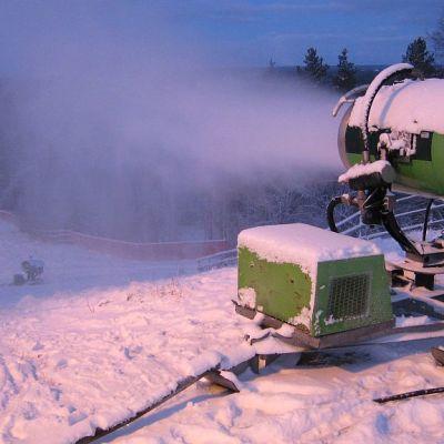 Lumitykki tekee rinteeseen melko kestävän lumikerroksen.
