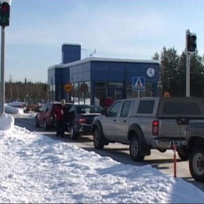 Autoja jonottamassa Niiralan rajanylityspaikalla.