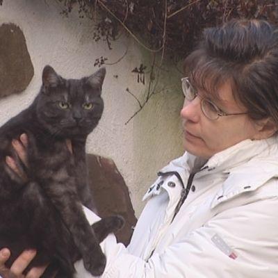 Pirjo Laine kissansa kanssa.