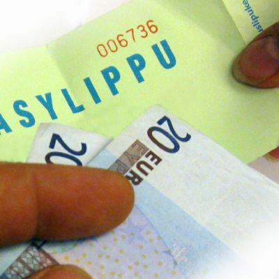 Kahdenkympin seteleitä ja pääsylippu.