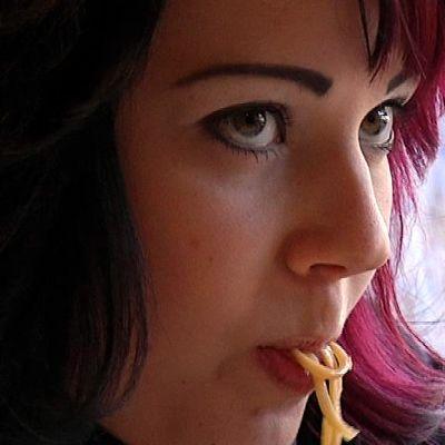 Tyttö syö nuudeleita