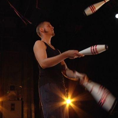 Kaj-Mikael Schütt jongleeraa.
