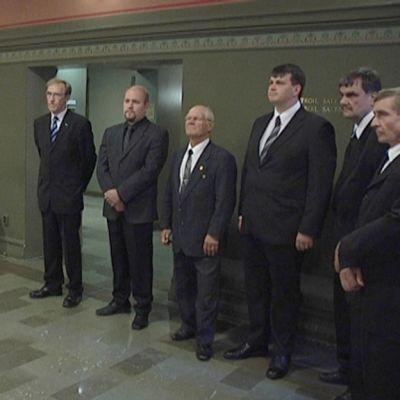 Jukka Mikkola (vas.) vastaanotti adressin valtuuskunnalta.