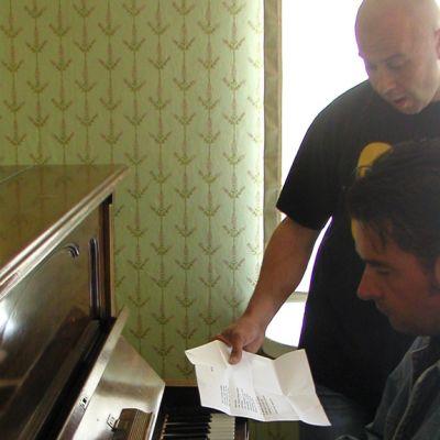 SIGin alkuperäisjäsenet Matti Inkinen ja Juha Oksanen harjoittelevat vuonna 2004