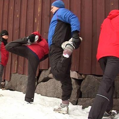 Oulun kaupunginteatterin näyttelijät venyttelemässä ennen juoksuharjoituksia.