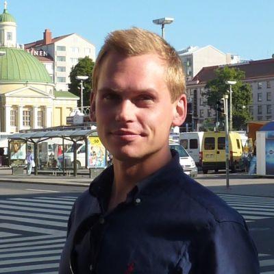 Politiikan tuntija Antton Rönnholm lähtee Mitro Revon avuksi Brysseliin.