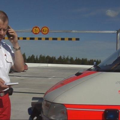 Ensihoitopäällikkö Jari Kalin puhuu Virve-puhelimeen.