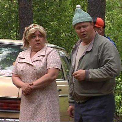 Näyttelijät Daaria Viinanen, Asko Karhunen ja Tarja Kurki Roukalahden kesäteatterin lavalla.