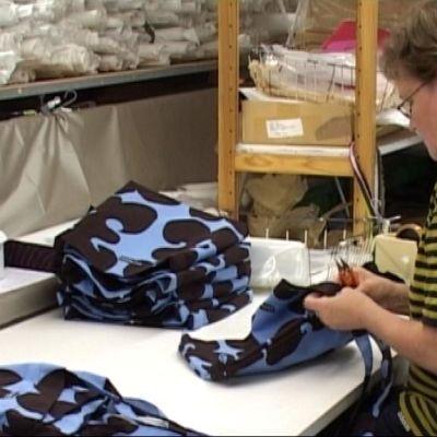 Marimekon Kiteen tehtaan työntekijä työssään.