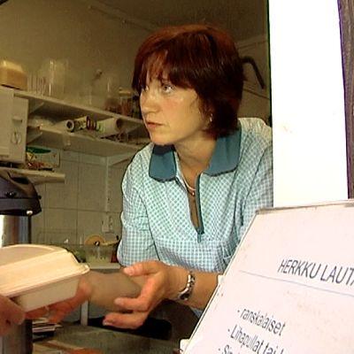 Inna Jakunitcheva sai töitä Niskan katukeittiöltä työpankin kautta.