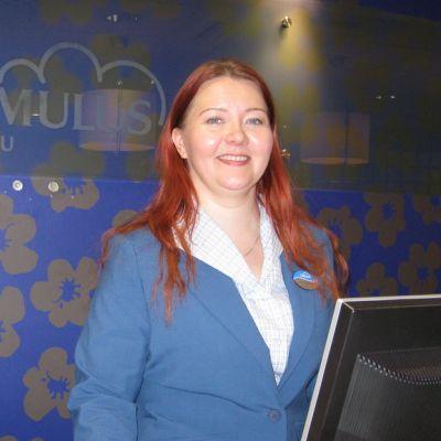 Hotellinjohtaja Auli Kauppinen Hotelli Cumuluksen vastaanottotiskillä.