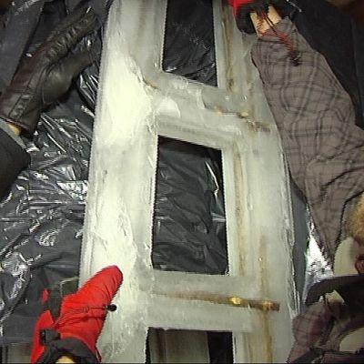Jäätikkaita varastossa muovin alla.