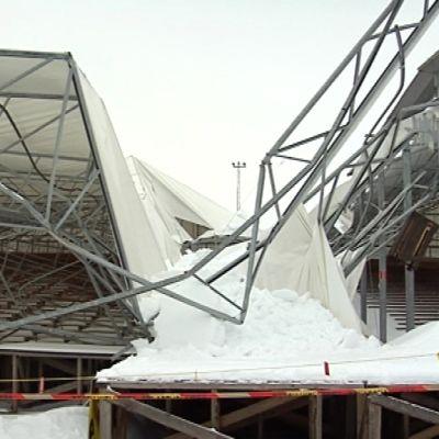 Toppilan kesäteatterin katto romahti kokonaan. Kahdeksan edellistä talvea kestänyt rakennelma sortui tukirautojen väännyttyä.