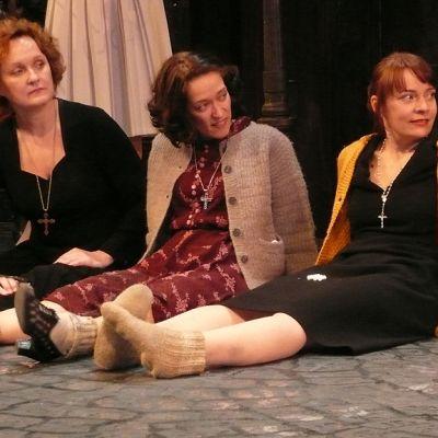 Piafin näyttelijät yhteiskuvassa