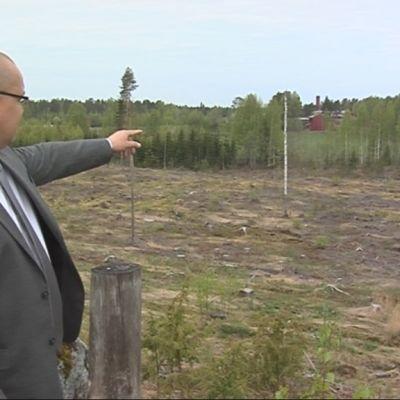 Koivikon koulukodin johtaja Jukka Kankaanniemi esittelee aluetta, jolle murskaamoa suunnitellaan.