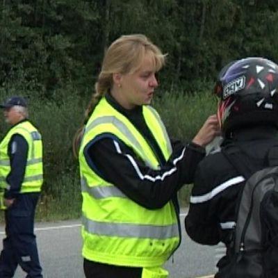 Naispoliisi puhalluttaa moottoripyöräilijää