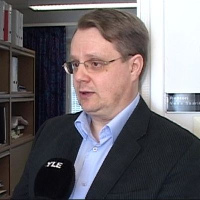 Pohjois-Karjalan ammattikorkeakoulun rehtori Vesa Saarikoski antaa haastattelua työhuoneessaan.