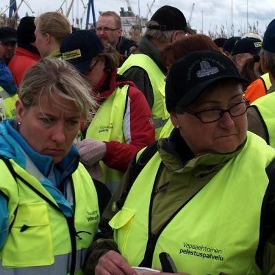 Vapaaehtoiset kerääntyivät tiistai-iltapäivänä etsimään Matti Inkistä.