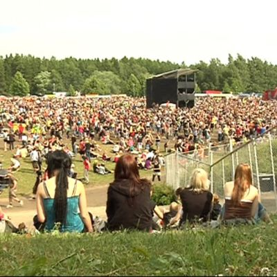 Tuhansia ihmisiä Ilosaarirockin festivaalialueella Joensuun Linnunlahdella.