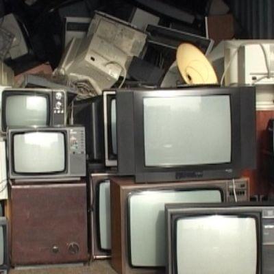 Vanhoja televisioita kontissa.