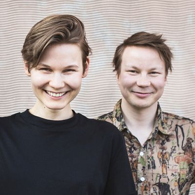 Dokumentaristi ja tuottaja Katri Koivula sekä saamelainen taiteilija, runoilija ja muusikko Niillas Holmberg