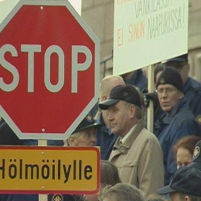 Itäsuomalaiset vanginvartijat osoittavat mieltään työpaikkojensa puolesta Helsingissä.