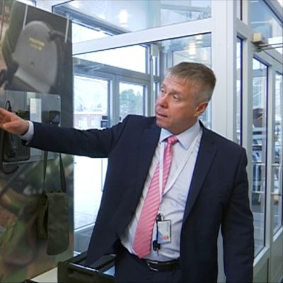 Bittiumin toimitusjohtaja Hannu Huttunen esittelee sotilaskäyttöön tarkoitettuja tuotteita.