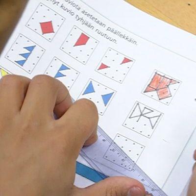Lapsi tekee matematiikan tehtäviä