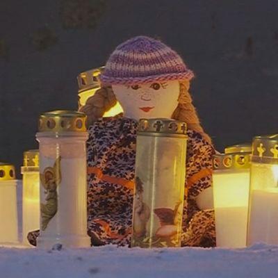 Kynttilöitä kadulla.