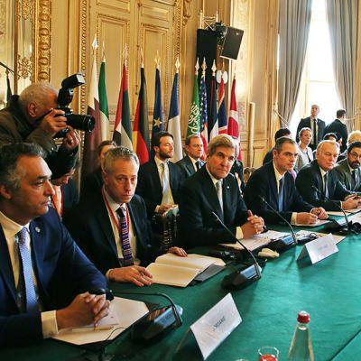 Neuvottelijat koolla Pariisissa.