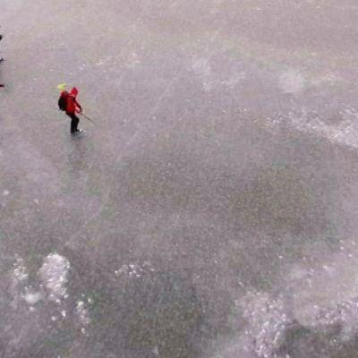 Tuusulanjärven jää on keskiviikkona peilin kirkas.
