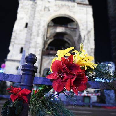 Kukkia Keisari Wilhelmin muistokirkon edustalla Berliinissä.