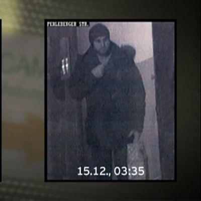 Turvakamerakuvaa Anis Amrista moskeijan ovella Moabitissa.
