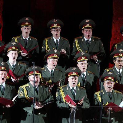 Puna-armeijan kuoro.