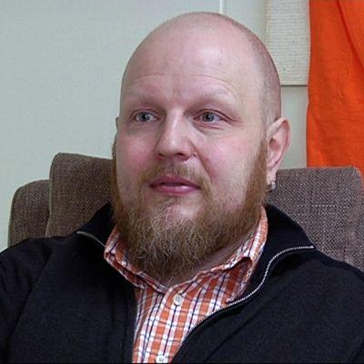 Jukka Mörsky työskentelee väkivaltatyön palvelukeskus Pysäkissä.